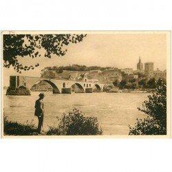 carte postale ancienne 84 AVIGNON. Promeneur regardant le Pont Saint-Bénézet et le Rhône
