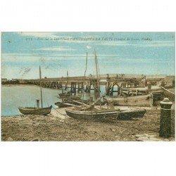 carte postale ancienne 85 AIGUILLON A LA FAUTE. Pont sur le Lay 1929 avec barques de Pêcheurs animation