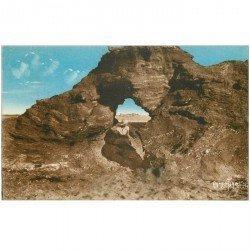 carte postale ancienne 85 CROIX DE VIE. Femme assise dans la Roche Percée