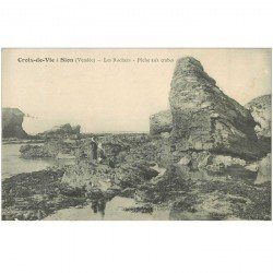 carte postale ancienne 85 CROIX DE VIE. La Pêche aux Crabes dans les Rochers 1913. Métiers de la Mer