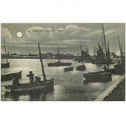 carte postale ancienne 85 CROIX DE VIE. Le Port le soir avec Pêcheurs en barque 1920