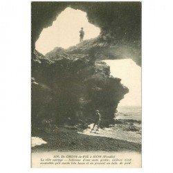 carte postale ancienne 85 CROIX DE VIE. Personnages dans une vaste Grotte