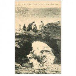 carte postale ancienne 85 CROIX DE VIE. Personnages sur le Trou du Diable