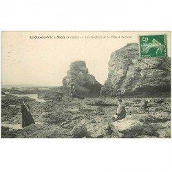 carte postale ancienne 85 CROIX DE VIE. Sion élégantes sur les Rochers de la Pelle à Porteau