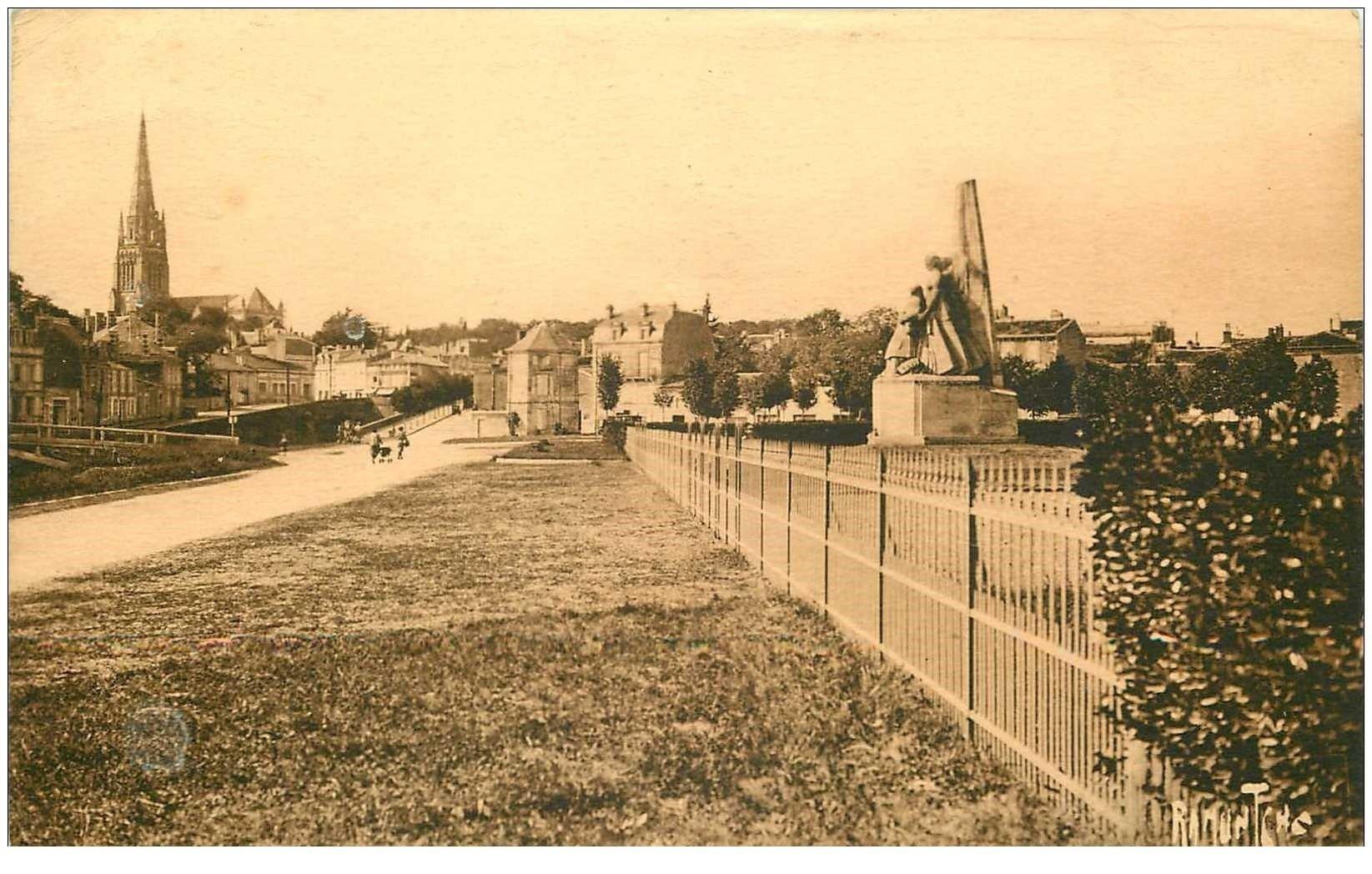 carte postale ancienne 85 FONTENAY LE COMTE 1939. Monument sur la Route. Edition Bergevin