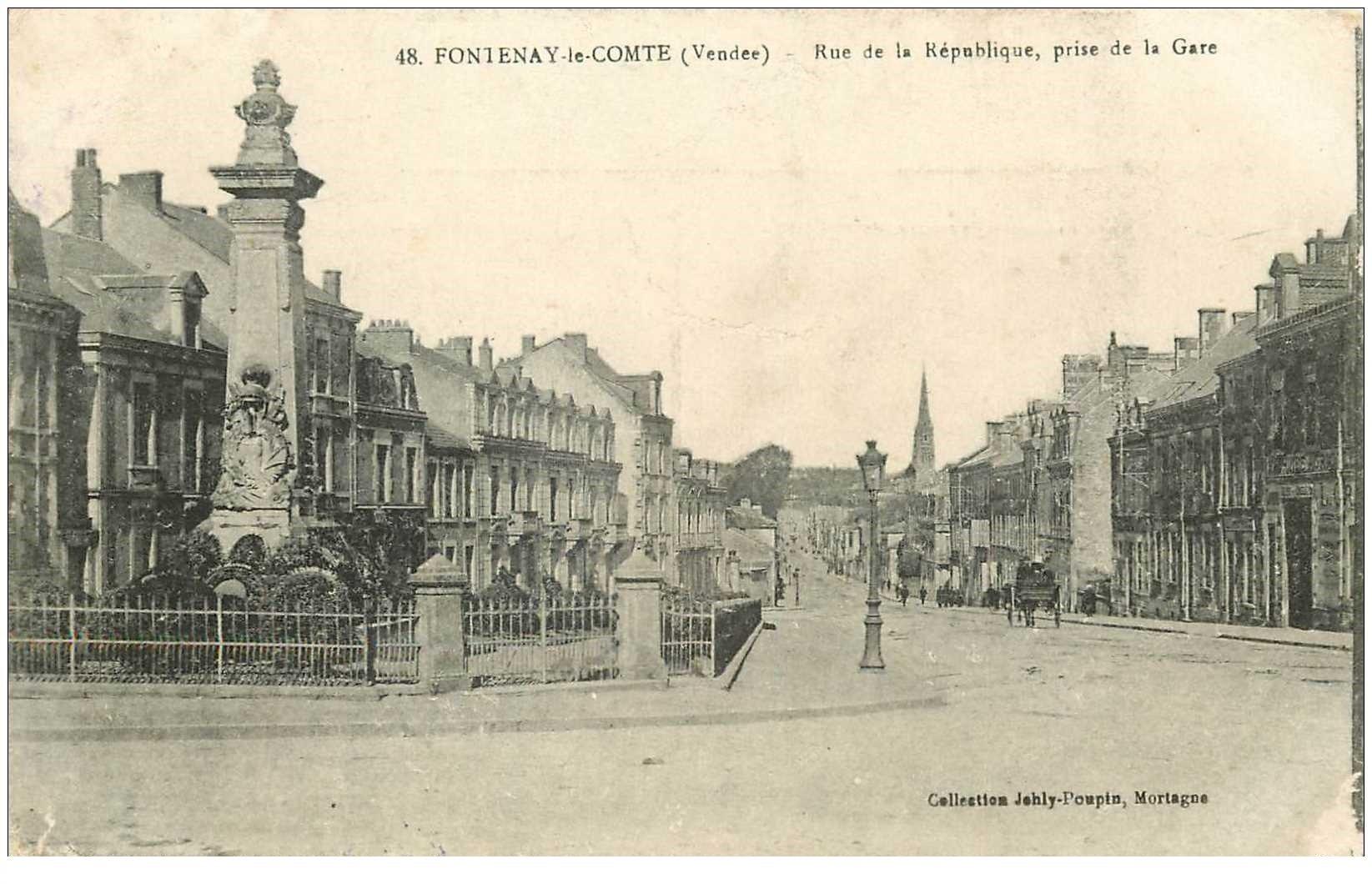 carte postale ancienne 85 FONTENAY LE COMTE. Rue de la République. Tampon militaire 1915