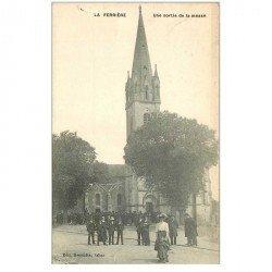 carte postale ancienne 85 LA FERRIERE. Une sortie de Messe 1910. Destinataire Stick dessinateur au Petit Parisien