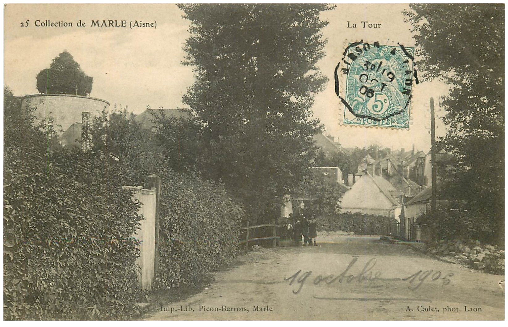 carte postale ancienne 02 MARLE. La Tour 1906. Animation