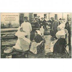 carte postale ancienne 85 LES SABLES D'OLONNE. A la Poissonnerie un brin de causette en attendant les clients.