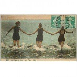 carte postale ancienne 85 LES SABLES D'OLONNE. Au Bain plaisirs de la Mer 1919 Femmes en maillot une pièce