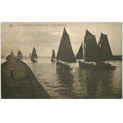 carte postale ancienne 85 LES SABLES D'OLONNE. Bateaux pour la Pêche à la Sardine. Sortie matinale 1930