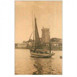 carte postale ancienne 85 LES SABLES D'OLONNE. Chenal du Port avec Bateau de Pêcheurs