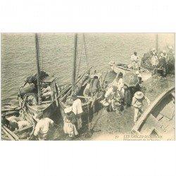 carte postale ancienne 85 LES SABLES D'OLONNE. Débarquement de la Sardine. Pêcheurs et métiers de la Mer