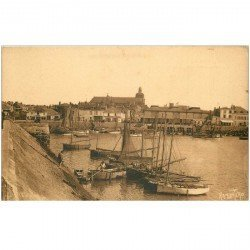 carte postale ancienne 85 LES SABLES D'OLONNE. Eglise Notre Dame du Bon Port et Barques de Pêcheurs. Ramuntcho