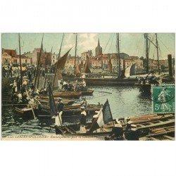 carte postale ancienne 85 LES SABLES D'OLONNE. Embarquement pour la Chaume Marins Marine Militaire 1910