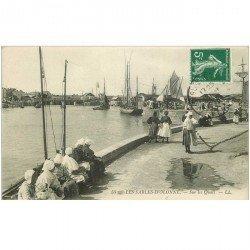 carte postale ancienne 85 LES SABLES D'OLONNE. Femmes attendant l'arrivée des Pêcheurs sur les Quais 1913. Métiers de la Mer