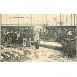 carte postale ancienne 85 LES SABLES D'OLONNE. La Criée vente de Poissons 1913. Métiers de la Mer