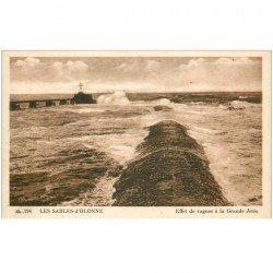 carte postale ancienne 85 LES SABLES D'OLONNE. La Jetée effet de Vagues