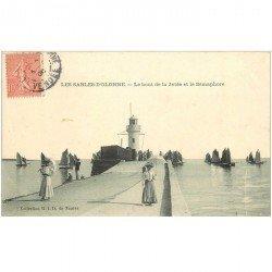 carte postale ancienne 85 LES SABLES D'OLONNE. La Jetée Sémaphore au bout 1905 élégantes avec ombrelles et Bateaux de Pêche