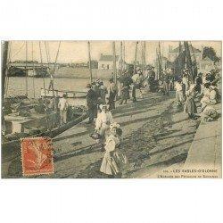 carte postale ancienne 85 LES SABLES D'OLONNE. L'Arrivée des Pêcheurs de Sardines 1916. Poissons et Pêches