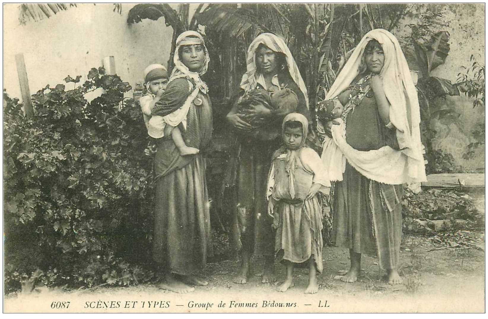 carte postale ancienne ALGERIE. Groupe de Femmes Bédouines et leurs enfants