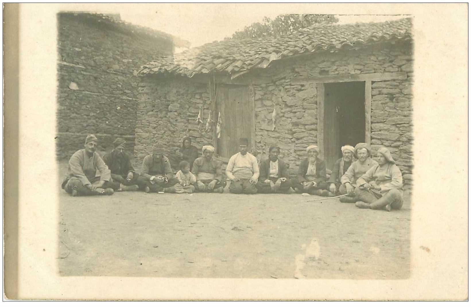 carte postale ancienne Algérie. Photo carte postale d'un groupe d'Arabe et de Militaires Français