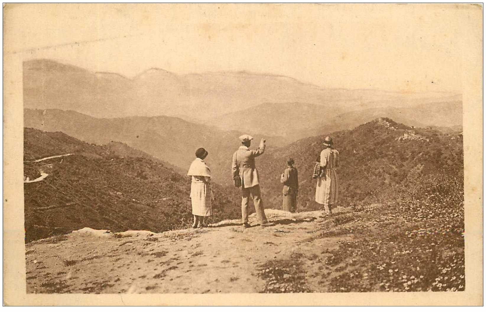 carte postale ancienne ALGERIE. Touristes devant les Montagnes Kabyles 1931