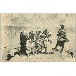 carte postale ancienne MAROC. Casablanca. Jeunes indigènes faisant une prière 1922