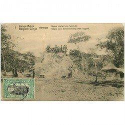 carte postale ancienne GABON. Katanga. Nègres nivelant une termitière 1918