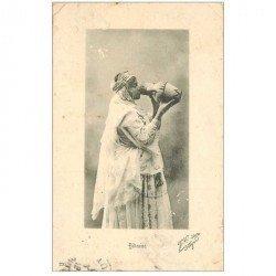carte postale ancienne TUNISIE. Bédouine se désaltérant 1908
