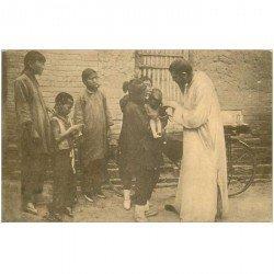 carte postale ancienne CHINE. Un jeune chinois moribond baptisé dans la rue