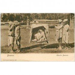 carte postale ancienne INDE. Benares. Dhoolie Bearers. Transport en chaise à Porteurs