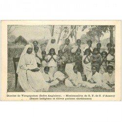carte postale ancienne INDE. Diocèse de Vizagapatam. Soeur indigène et élèves pariates