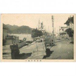 carte postale ancienne JAPAN JAPON. Paquebot et Bateaux de Pêche dans le Port