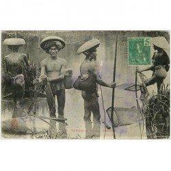 carte postale ancienne TONKIN. Viêt Nam. Hanoï. Les Pêcheurs au harpon et avec nasses 1907. Etat un peu ondulée...