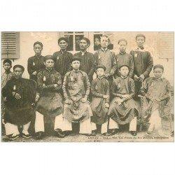 carte postale ancienne VIET NAM. Annam Hué. Les Frères du Roi et leurs Précepteurs vers 1900. Quelques grattages...