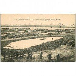 carte postale ancienne VIET NAM. Tonkin Hanoï. Porteurs d'eau sur les bords du fleuve Rouge et Pont Doumer 1924