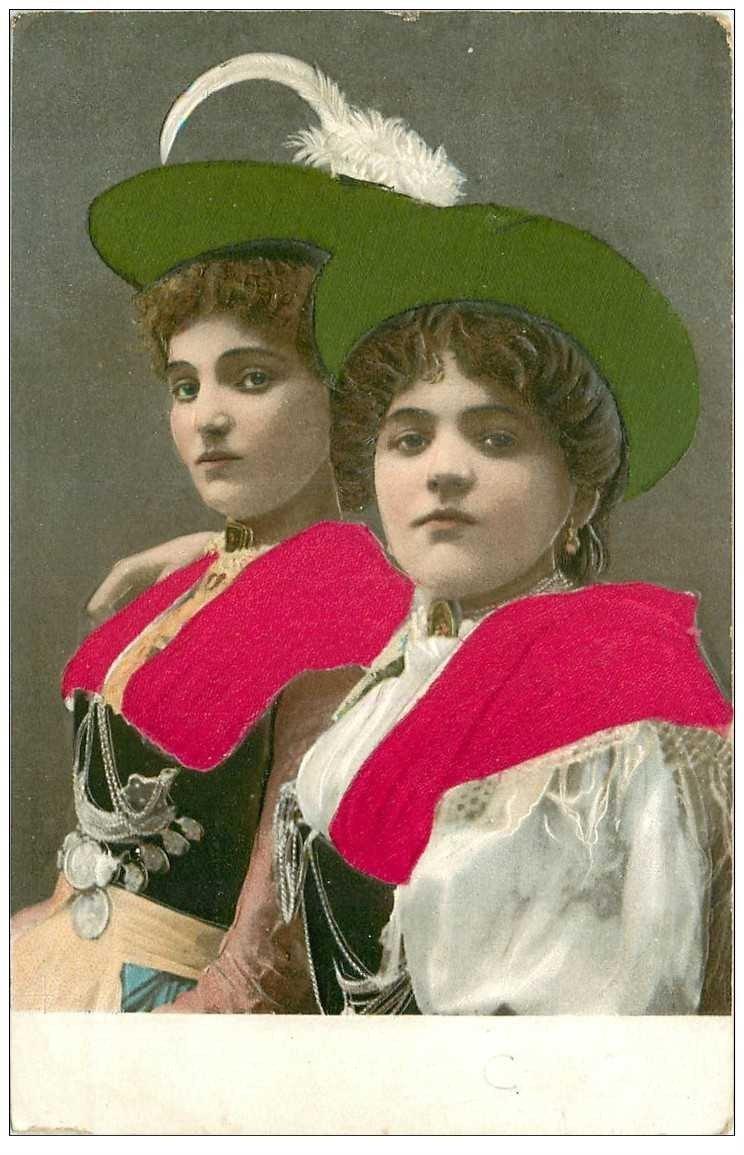 carte postale ancienne AUTRICHE OSTERREICH. Femmes costume traditionnel avec véritable velour et gauffrée