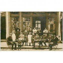 carte postale ancienne BRUXELLES. Superbe Photo Carte Postale du Café Chez Michel client lisant De Gazet van BRUSSEL vers 1910