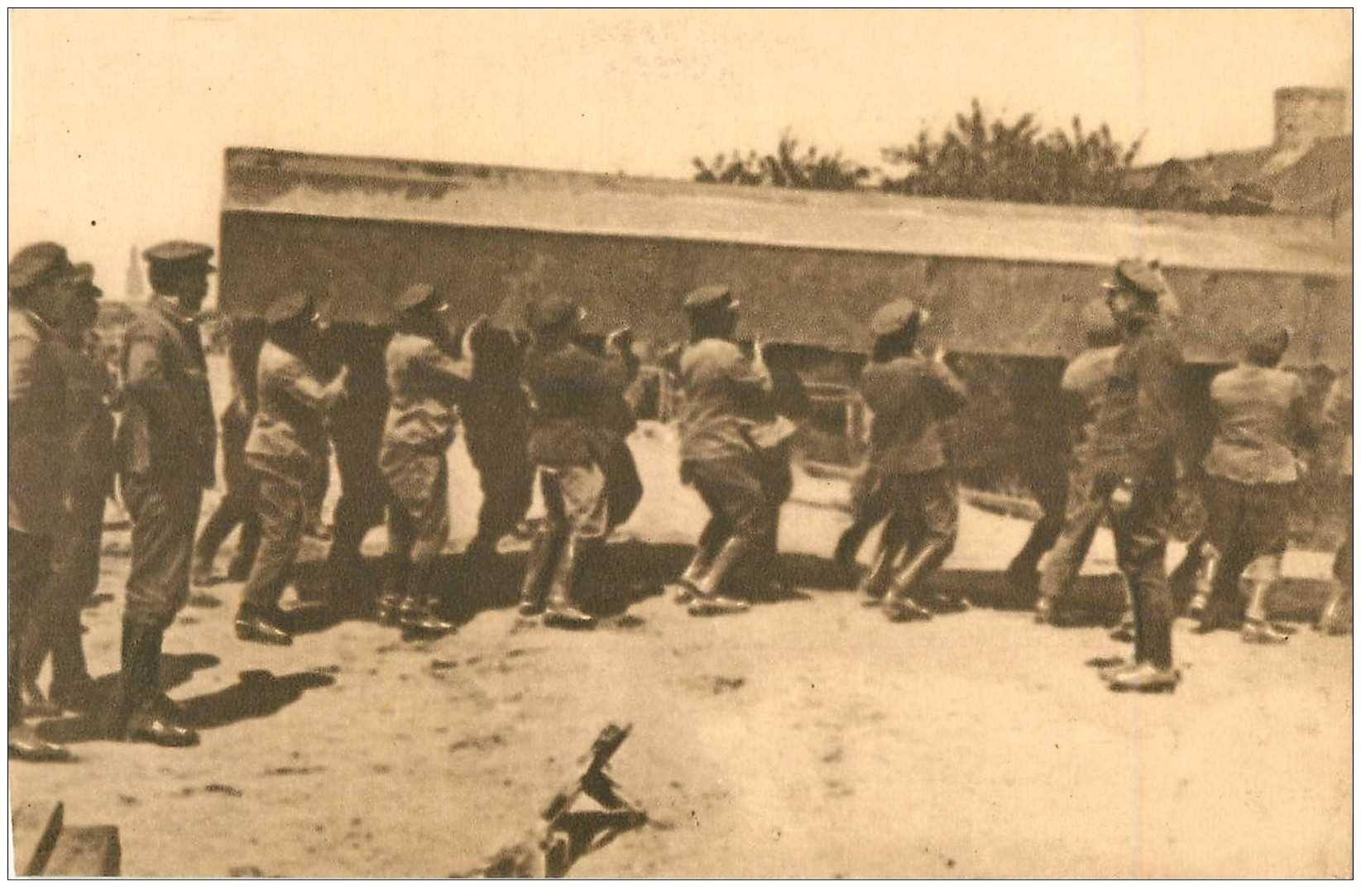 carte postale ancienne GUERRE 1914-18. Pontage transport bateau à bras d'Hommes