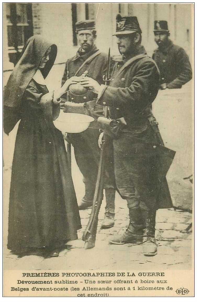 carte postale ancienne GUERRE 1914-18. Une Soeur offrant à boire aux Soldats Belges