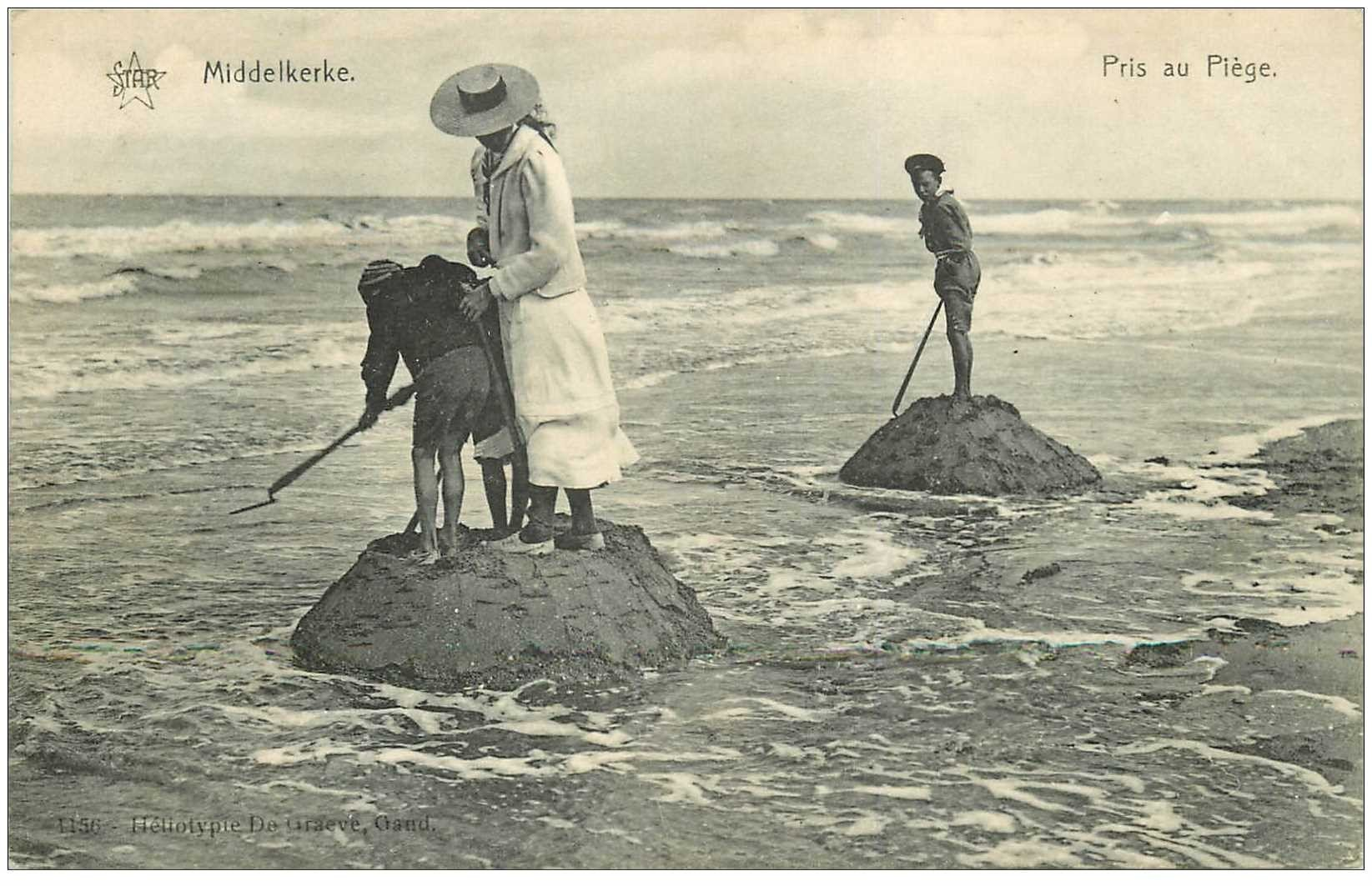 carte postale ancienne MIDDELKERKE. Pris au Piège par la Marée 1909