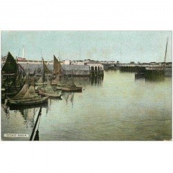 carte postale ancienne OSTENDE OOSTENDE. Bassin avec barques de Pêcheurs