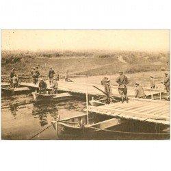 carte postale ancienne TRANCHEES. Mise en place de la travée marinière d'un Pont de bateaux. Militaires et Guerre