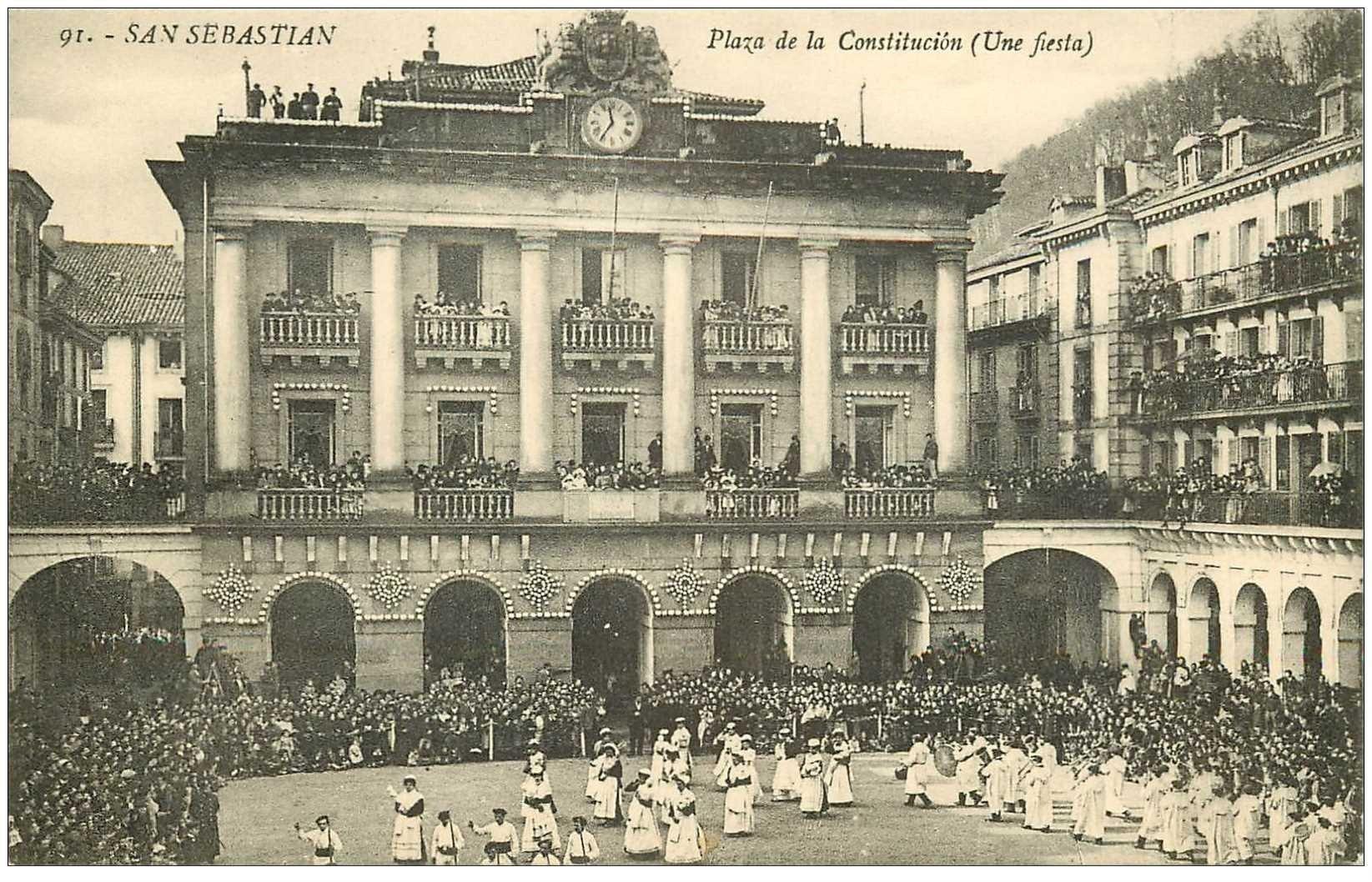 carte postale ancienne Espagne. SAN SEBASTIAN. Fiesta Plaza de la Constitucion