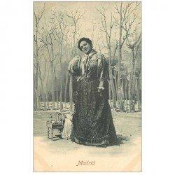 carte postale ancienne MADRID. Superbe Couseuse et Vendeuse madrilène