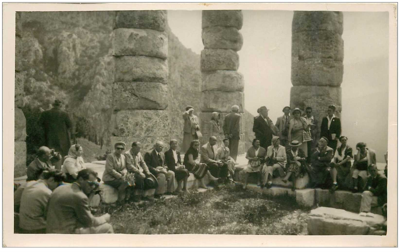 carte postale ancienne GRECE. Photo d'un groupe de Touristes. Format carte postale Ruines de Delphes
