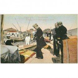 carte postale ancienne GRECE. Saloniques l'Amiralissime d'Artige de Fournet rentre à bord d'un Bateau 1917 Marins et Militaires