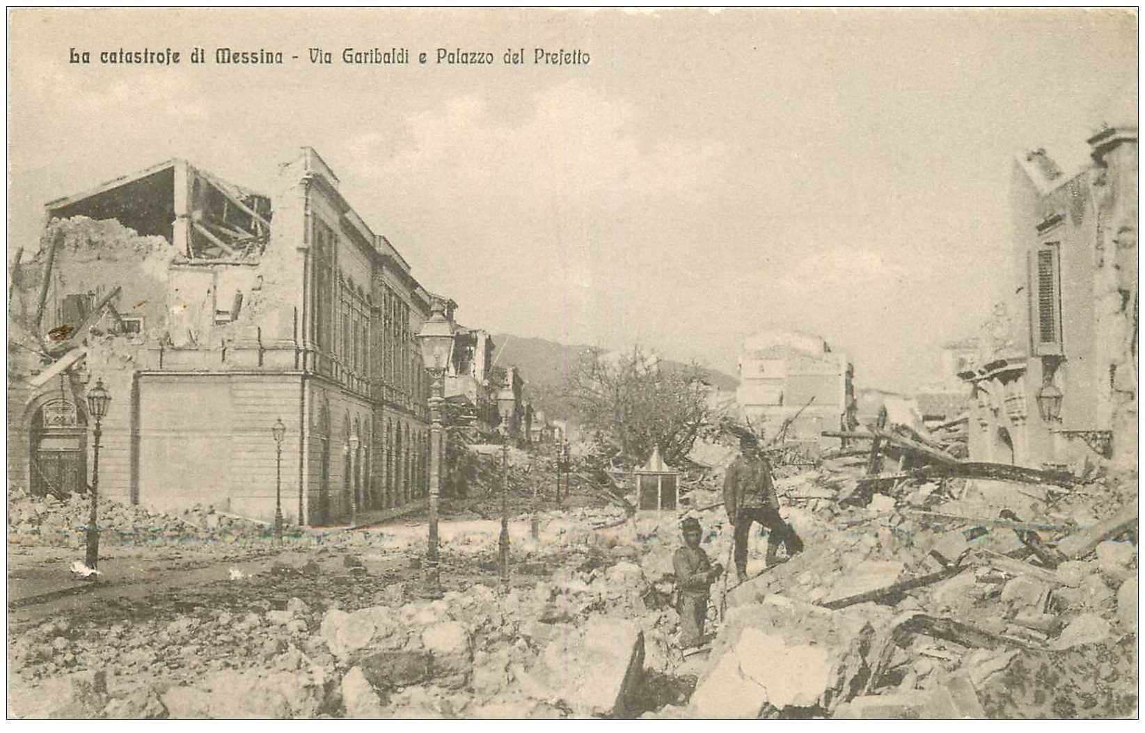 carte postale ancienne Italia Italie. MESSINA. Via Garibaldi e Palazzo del Prefetto 1916. Plissure transversale