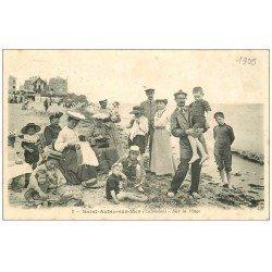carte postale ancienne 14 SAINT-AUBIN. Maître Nageur sur la Plage et Tricoteuses 1905